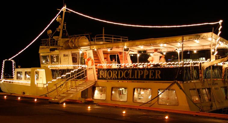Partybåt i mørket med ledbelysning