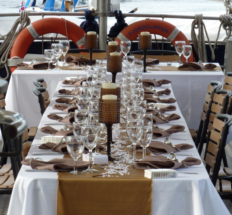 Pent dekket bord på et skip